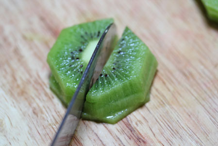 how to cut a kiwi 2 How to Cut a Kiwi   Kitchen Tip