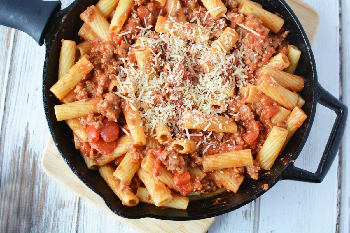 This quick and easy Skillet Rigatoni & Sausage Pasta dish will have the entire family in love with this one. Find it on 5DollarDinners.com!!!